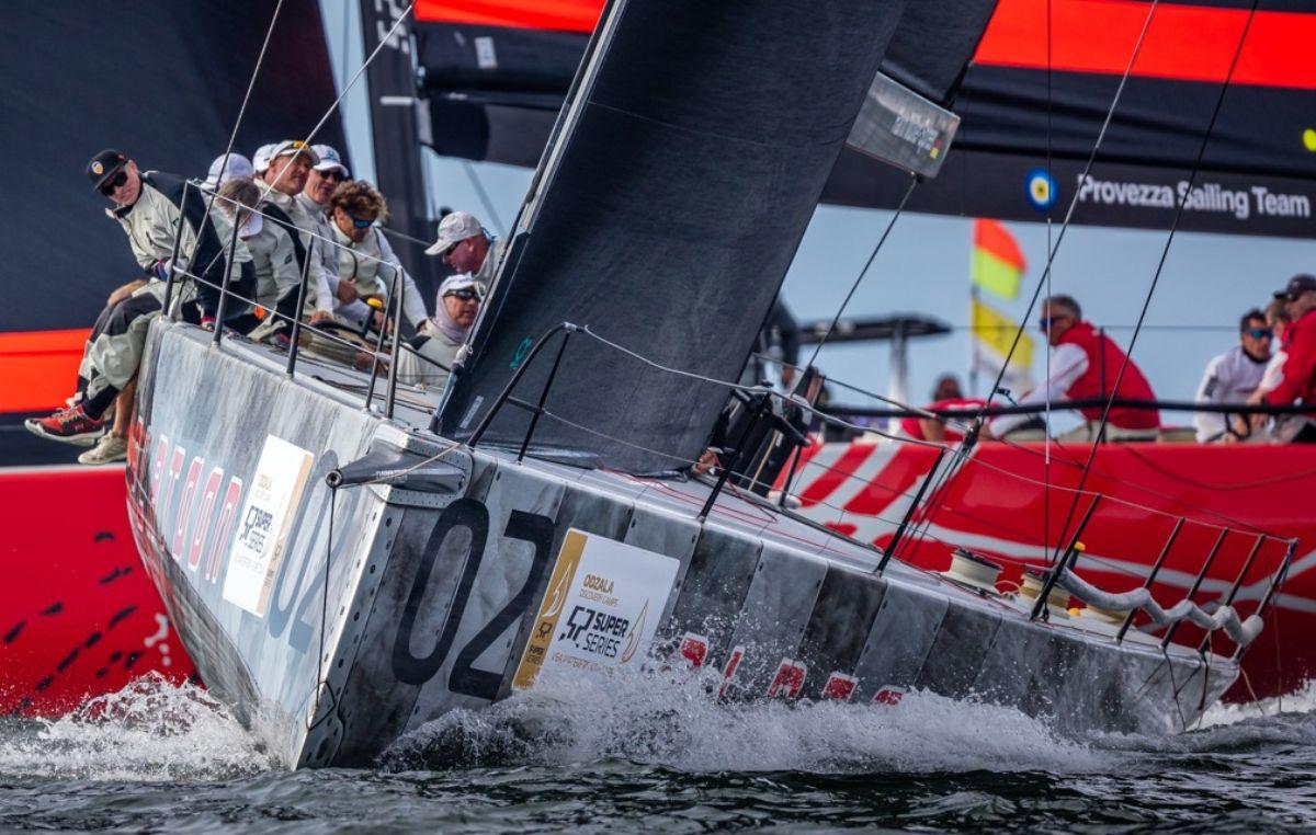 El barco de Harm Müller-Spreer hace un segundo y un primero mientras que Azzurra aumenta su liderato sobre Phoenix 11 con una sólida jornada en Ciudad del Cabo