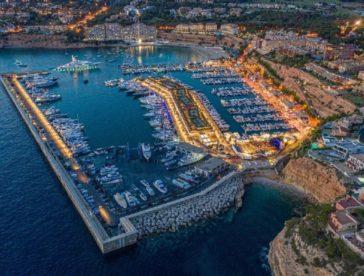 Creado en 1974, Port Adriano fue ampliado en 2012 por el reconocido arquitecto francés Philippe Starck, convirtiéndose así en la marina más moderna del Mediterráneo