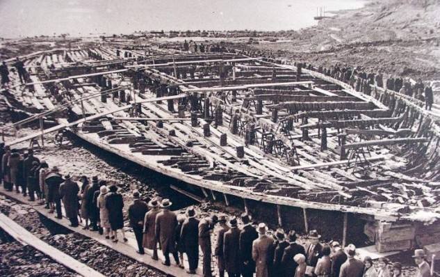 En 1928, Mussolini, bombeó hasta que el agua bajó. Lo que apareció en el fondo sorprendió al mundo entero. Las primeras partes del barco comenzaban a emerger de las  aguas después de más de 1800 años.
