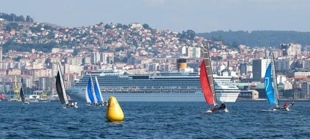 El espectáculo de las regatas urbanas que siempre ofrece la ría de Vigo