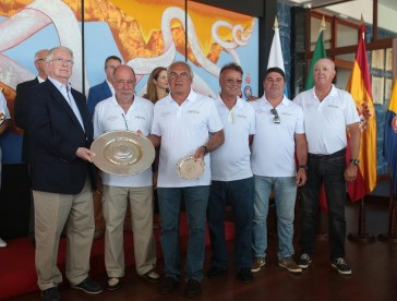 El Trofeo Fernando de Magallanes fue entregado a la tripulación del Swing por Manuel Villas Boas, descendiente del mítico navegante portugués