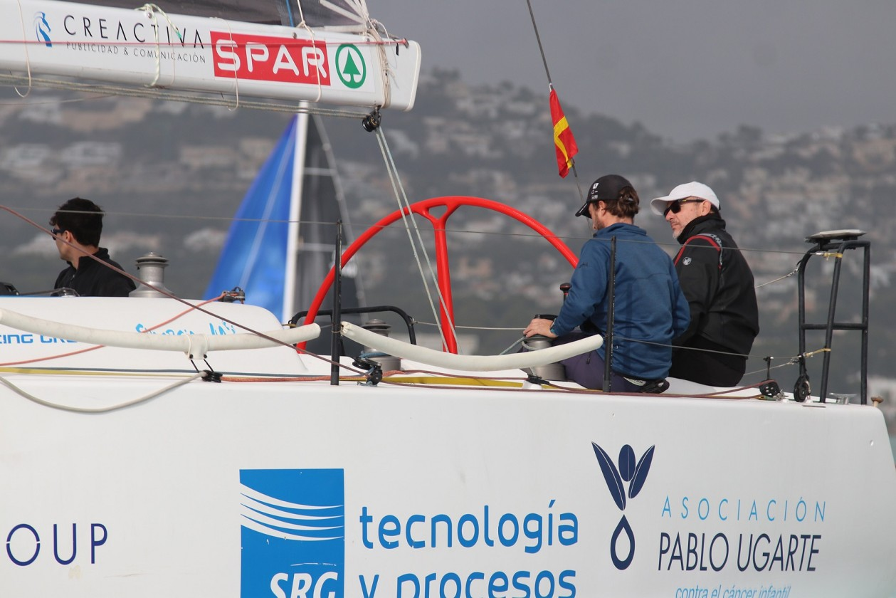 El Comité de Regatas tuvo que acortar el recorrido ante la ausencia total del viento, quedando la prueba con un total de 230 millas, en lugar de las 300 establecidas previamente (Foto Pep Portas)