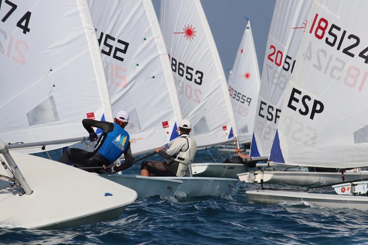 Los suizos Anja Von Allmen, Eliott Raisson y Audrey Deryckere, junto con Dani Cardona, se hacen con el título en Laser 4.7 En la clase radio control IOM, Guillermo Beltri se hace con el título en la Comunitat Valenciana Olympic Week además de llevarse el Trofeo Barco de Sal (Foto Pep Portas)