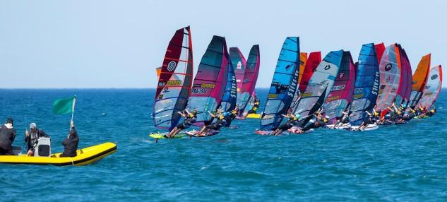 La competición ha comenzado al filo de las dos y media de la tarde, cuando en la playa del Cortal de la Devesa el viento térmico se ha estabilizado por encima de los 10 nudos